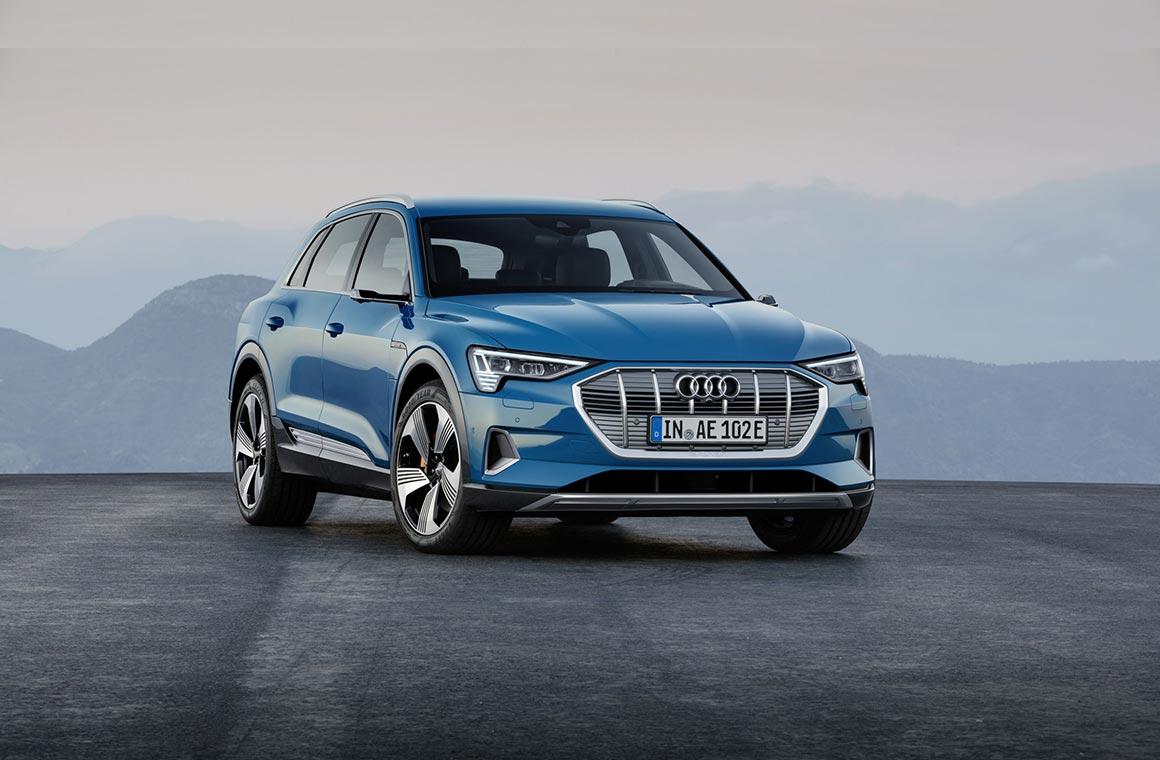 Audi E-tron на фоне гор