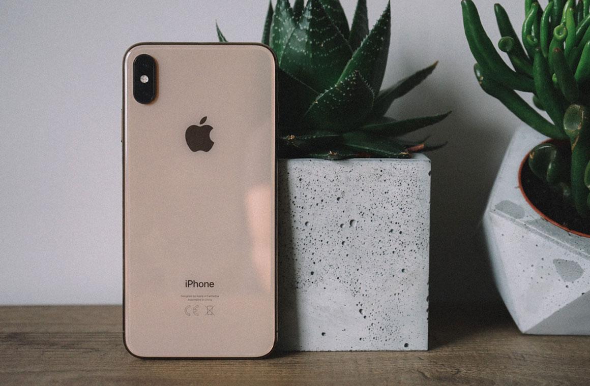 Золотой iPhone Xs Max вид сзади