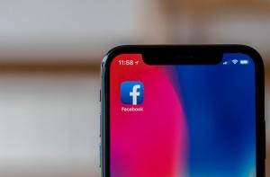 Facebook на экране iPhone X