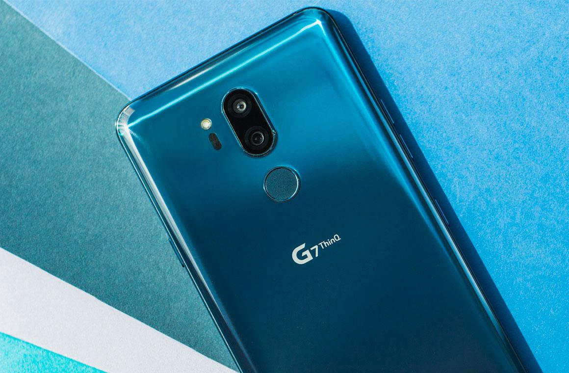 LG G7 ThinQ вид сзади