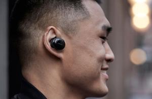 Наушники Bose SoundSport Free на мужчине