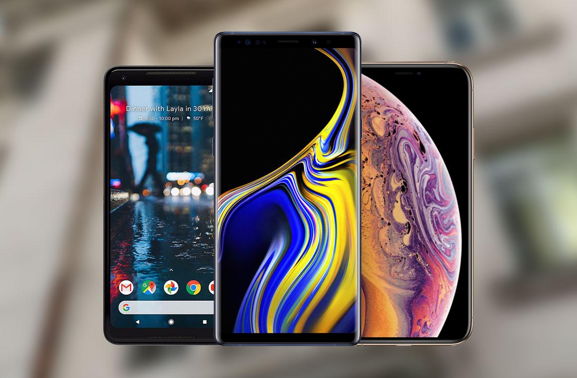 Смартфоны iPhone X, Pixel 2 XL, Galaxy Note 9 на размытом фоне