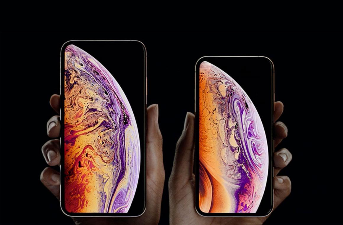 iPhone Xs и iPhone Xs Max в руках