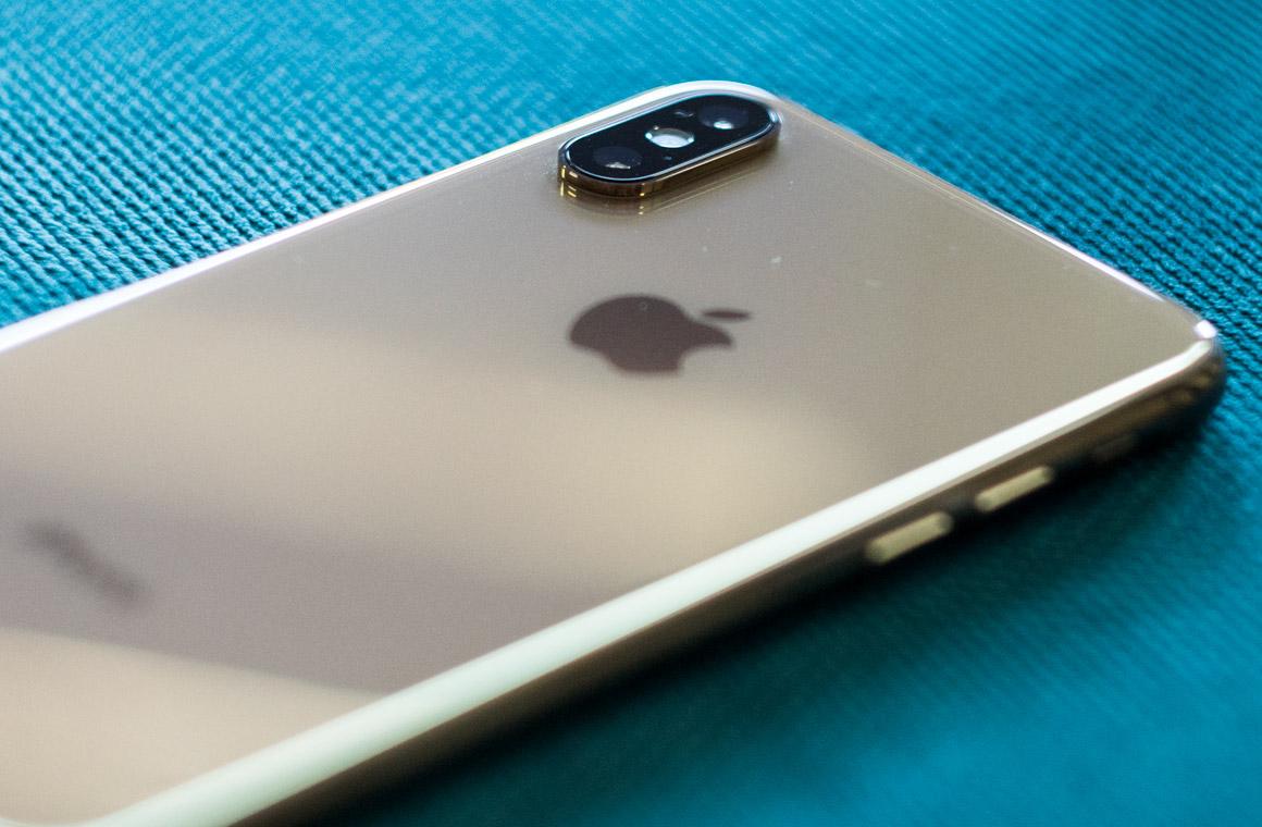 iPhone Xs на столе