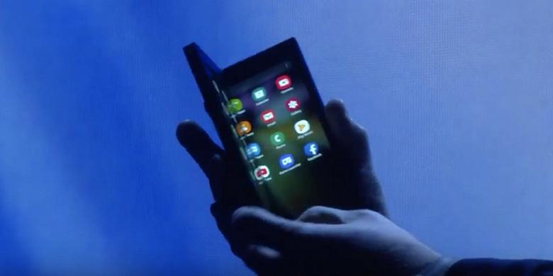 Гибкий смартфон Samsung в руках