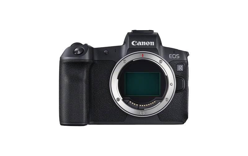 Вид спереди на камеру Canon EOS R