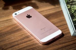 iPhone SE на столе