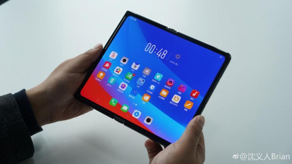гибкий смартфон Oppo в раскрытом виде