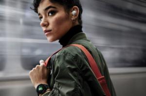 Девушка с наушниками Samsung Galaxy Buds