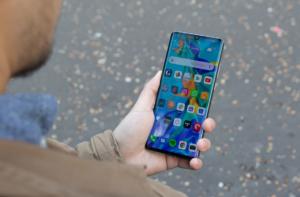 Huawei P30 Pro в руке