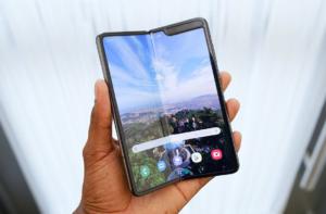 Samsung Galaxy Fold в руке