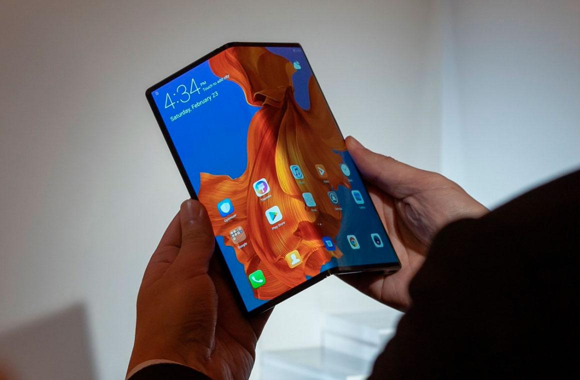 Huawei Mate X в руках