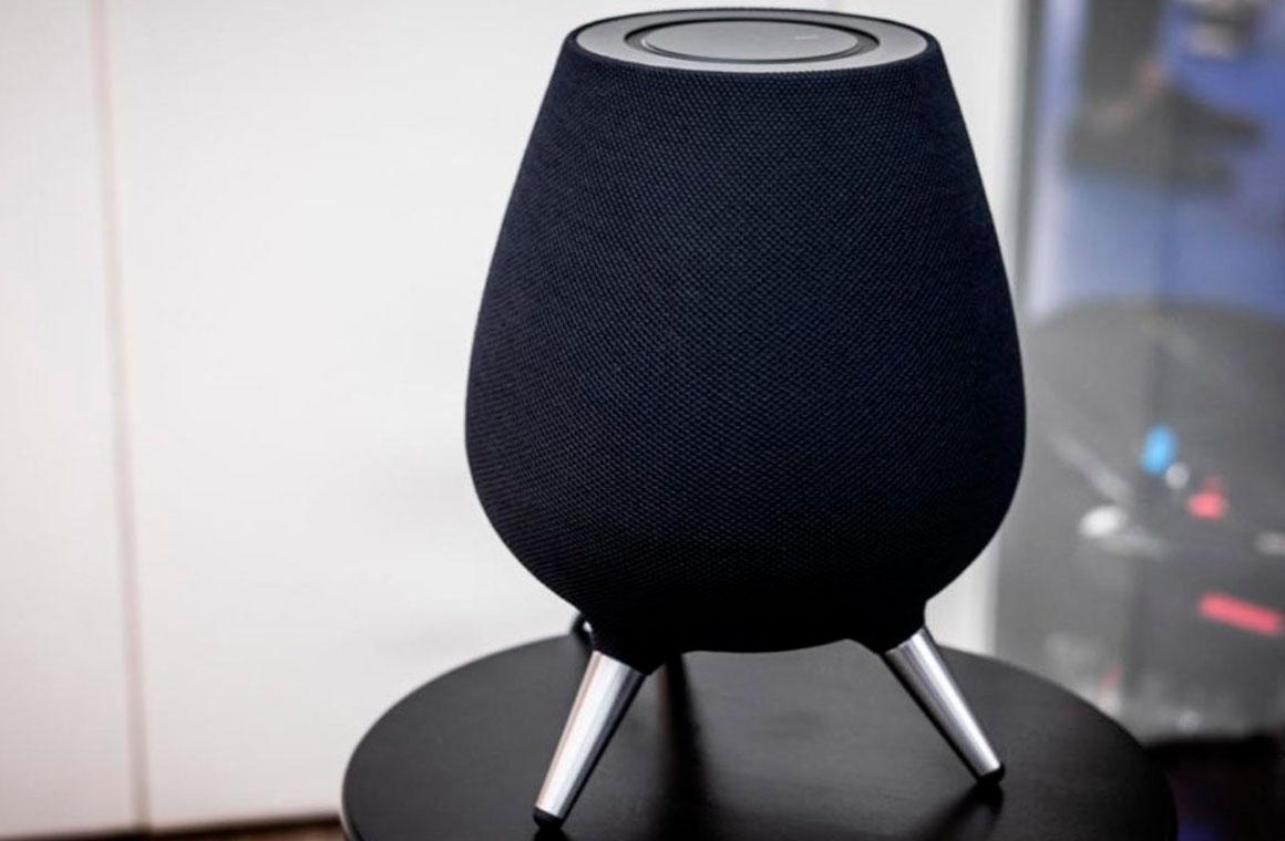 Samsung Galaxy Home на столе
