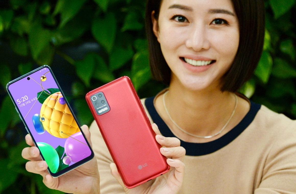 LG Q52 в руке