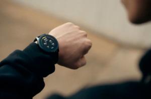 OnePlus Watch на руке