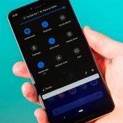 Функция «Battery Saver» будет принудительно активировать «Ночной режим» на Google…