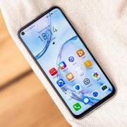 Huawei запатентовала два смартфона с камерами под дисплеем